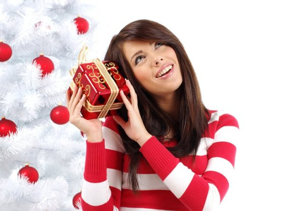 beautiful-model-with-christmas-gift-1024x768
