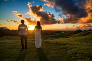 Couple_holding_hands_in_Kauai_(7635480262)